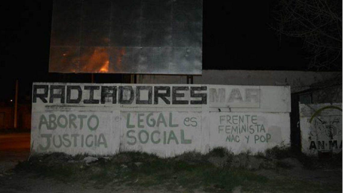 Bahía Blanca: detuvieron a cinco mujeres por hacer pintadas a favor de la despenalización del aborto