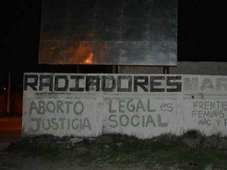bahia blanca: detuvieron a cinco mujeres por hacer pintadas a favor de la despenalizacion del aborto