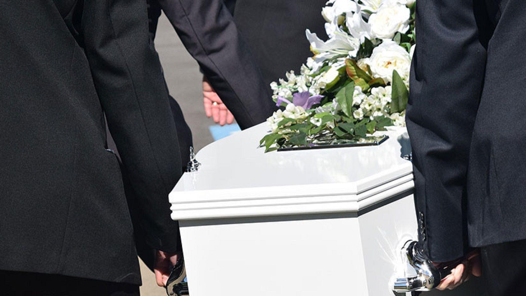 El ritual de la desgracia: durmió dentro de un ataúd para atraer la suerte y murió