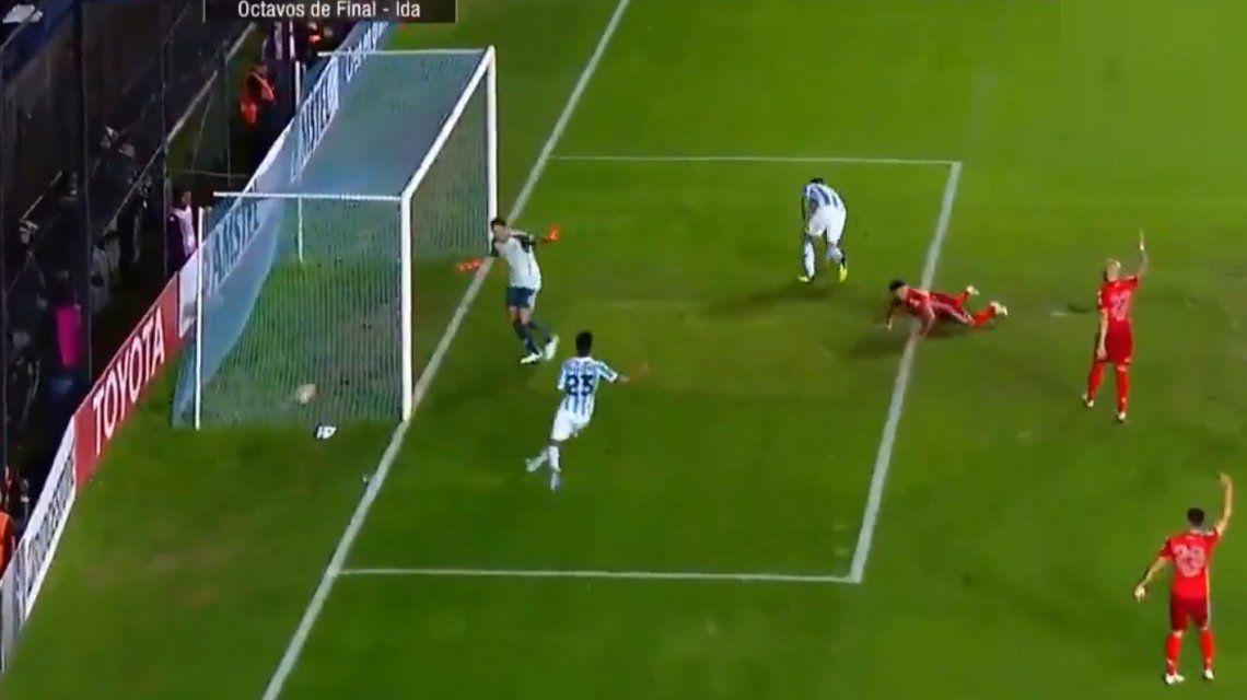 Armani ve la pelota adentro de su arco pero el árbitro ya había anulado la jugada