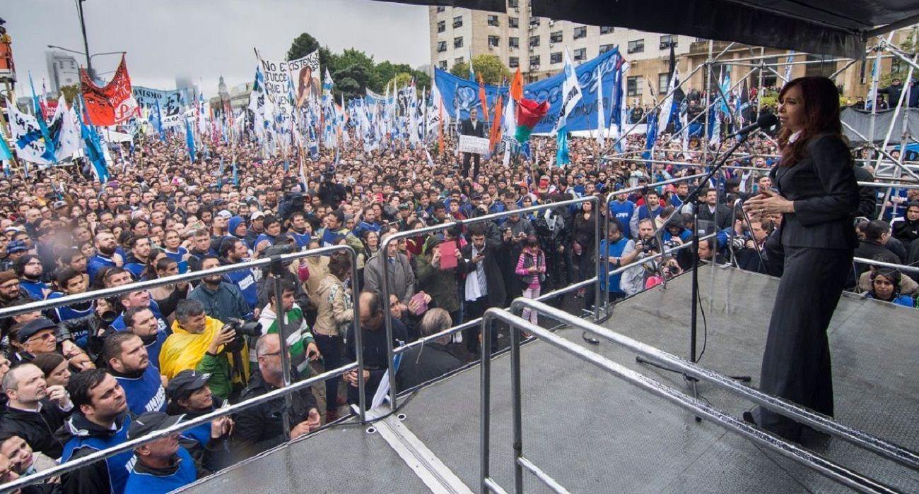 Cristina Kirchner con los tribunales de Comodoro Py en el fondo