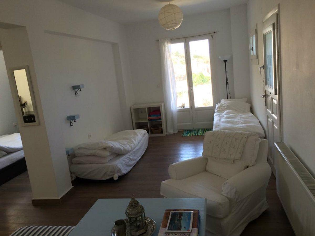 Además de un sueldo de 350 euros se ofrece una casa de dos ambientes con un jardín que mira al Egeo