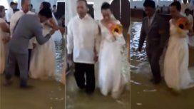 Se casaron en una iglesia inundada