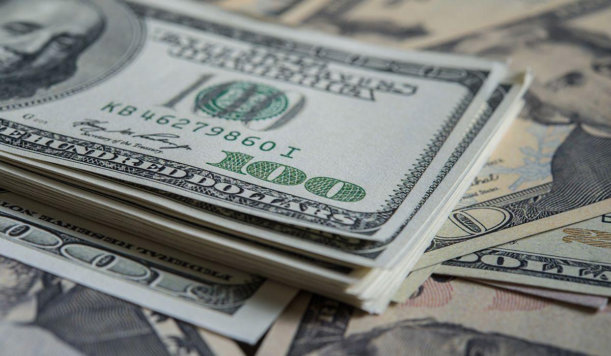El dólar cayó 9 centavos en el inicio de la semana y cerró a 37,76 pesos