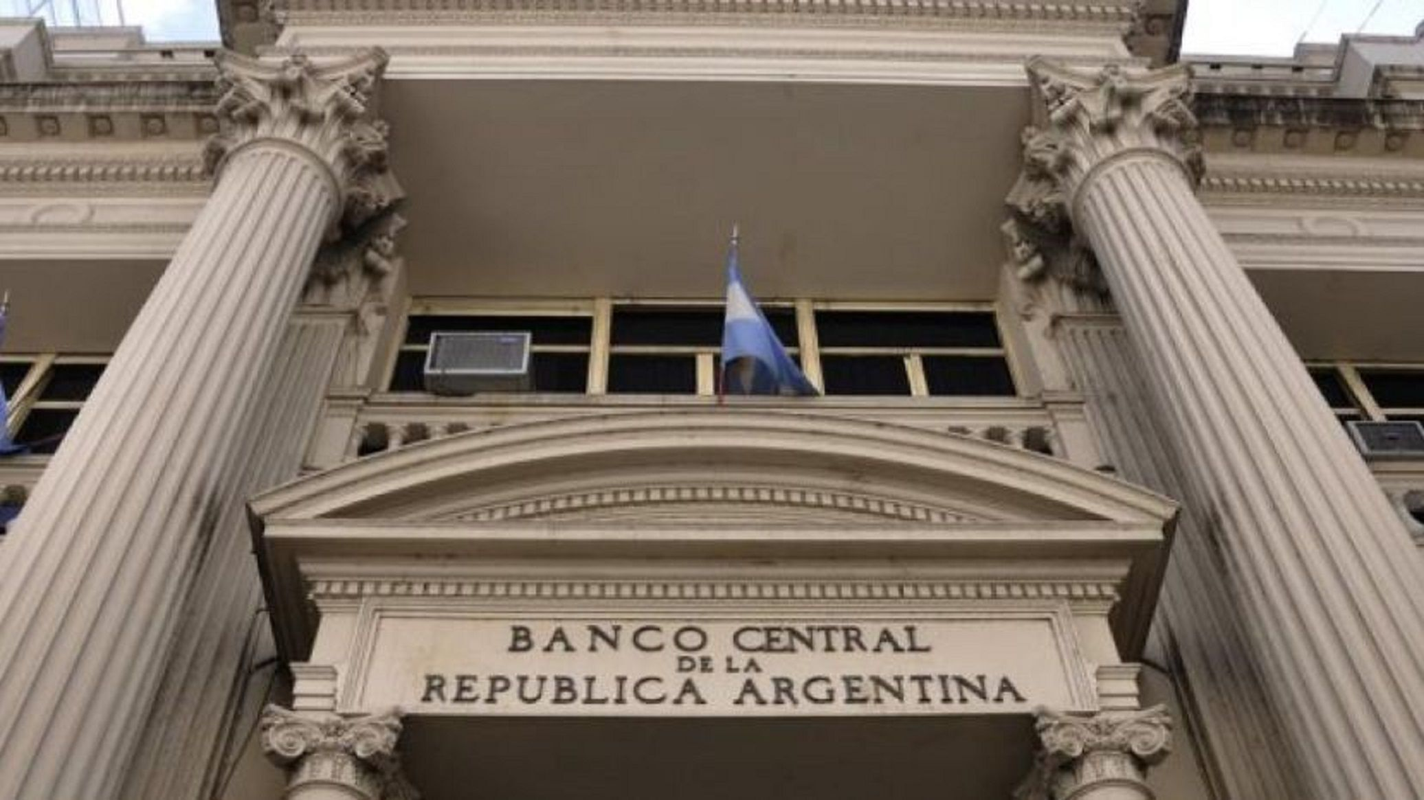 Para frenar la escalada del dólar, el Banco Central intervino con una tasa mayor al 71%