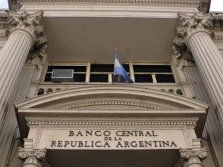 fuerte baja de la tasa de politica monetaria para reactivar la economia: paso de 48% a 44%
