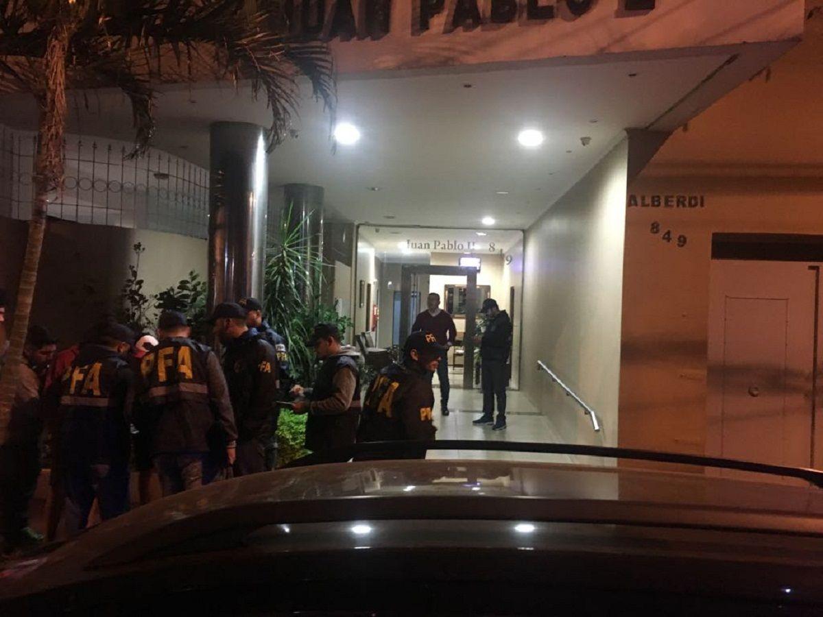 Personal de la PFA allanaba el edificio Juan Pablo II