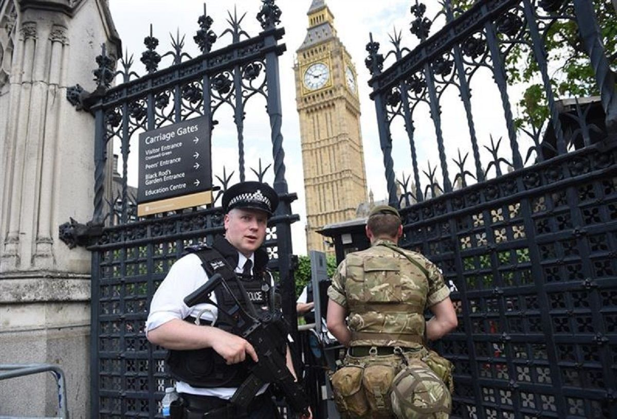 Un automovilista se estrelló contra el Parlamento británico