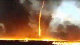 VIDEO: Espectacular tornado de fuego durante el incendio de una fábrica
