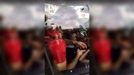 Mo Salah, escrachado por los fans con el celular cuando estaba al volante