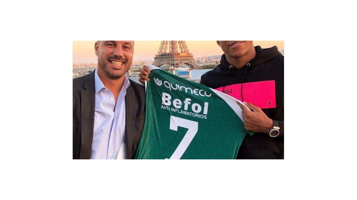 ¡Hincha oficial! Mbappé posó con la camiseta de Sarmiento en la Torre Eiffel