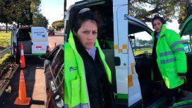 La agente de tránsito se enojó y le pateó la puerta