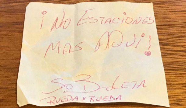 Estacionó su auto en la calle y encontró una nota desagradable cuando se lo fue a llevar