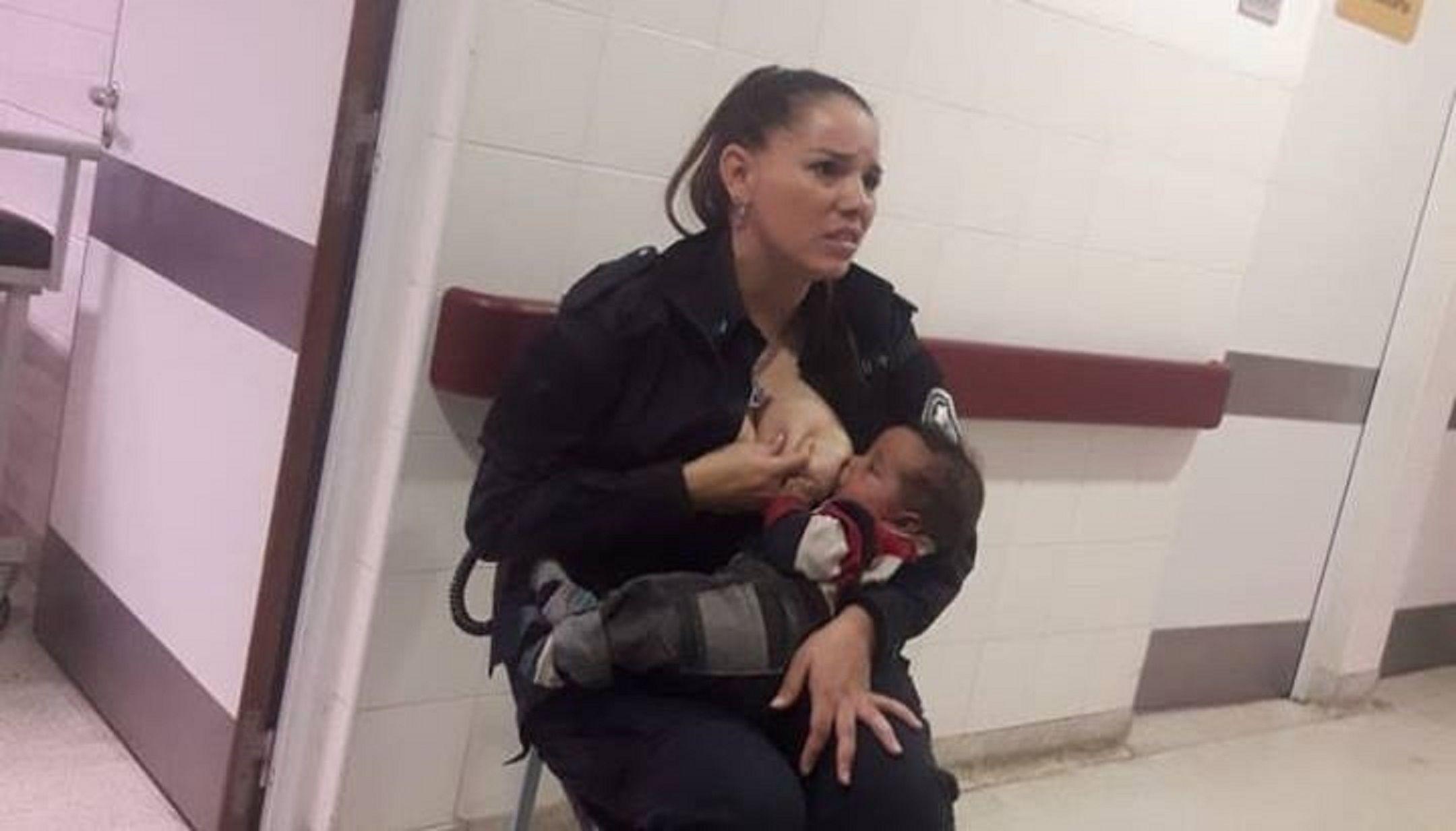 Habló la policía que amamantó al bebé: Lo acerqué a mi teta y luego no me quería soltar