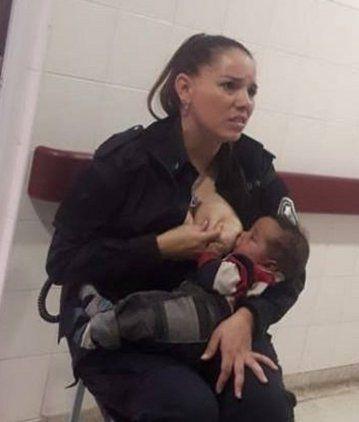 Habló la policía que amamantó al bebé: Lo acerqué a mi teta y no me quería soltar