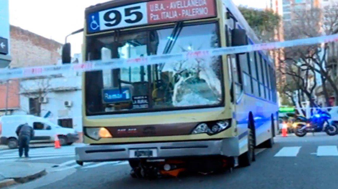 Dos prefectos en moto chocaron con un colectivo: iban en contramano