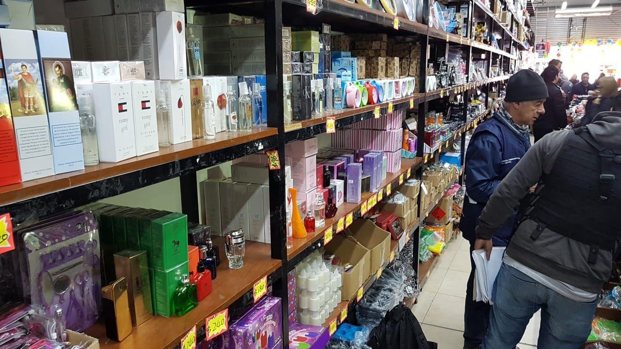 Efectivos de la Policía de la Ciudad realizaron varios allanamientos a propósito de los perfumes falsos