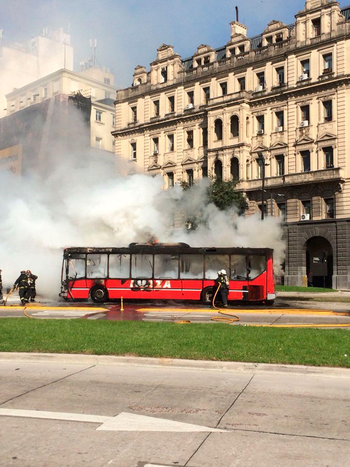 Se incendió un colectivo a metros de Casa Rosada