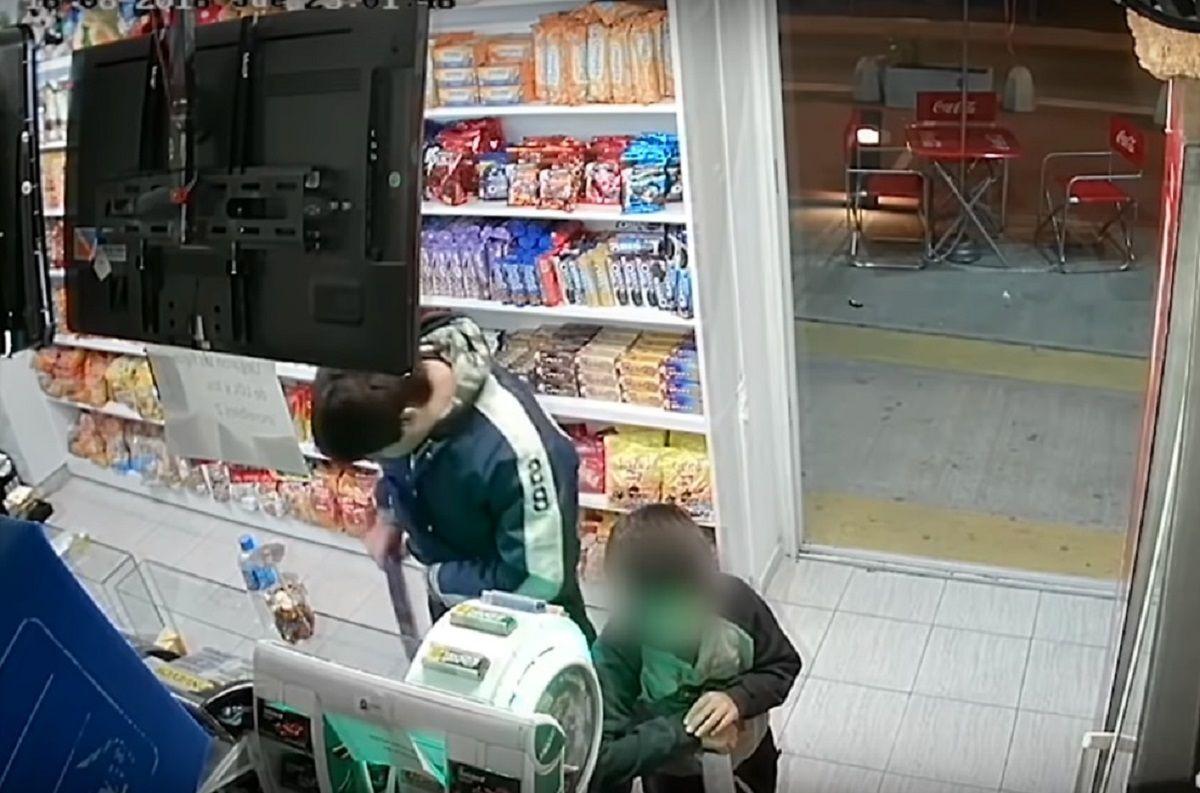 Usó a un nene para robar golosinas de un kiosko