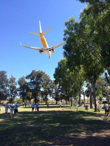 Avión de FlyBondi aterrizando en El Palomar<br>