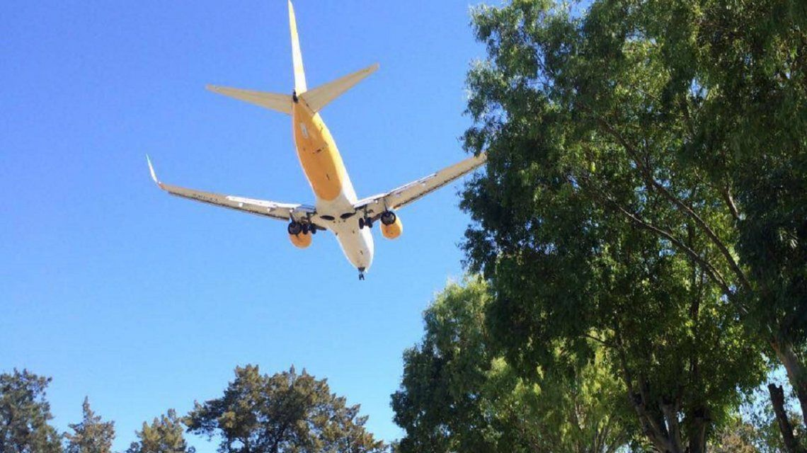 Avión de FlyBondi aterrizando en El Palomar
