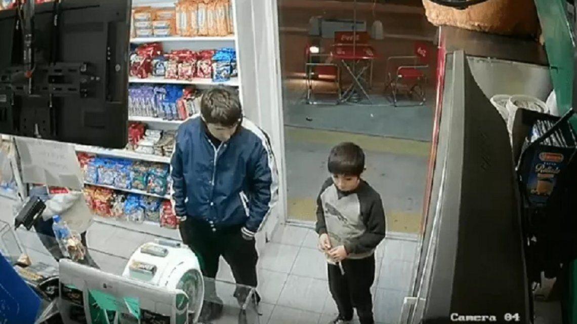 VIDEO: Usó a un nene para distraer al vendedor mientras robaba un kiosco