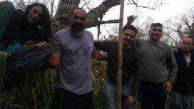 Tras el rescate, Enzo (de pelo largo, a la izquierda) y su amigo Lucas.