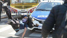 Represión y locura en La Plata: un patrullero atropelló a un manifestante