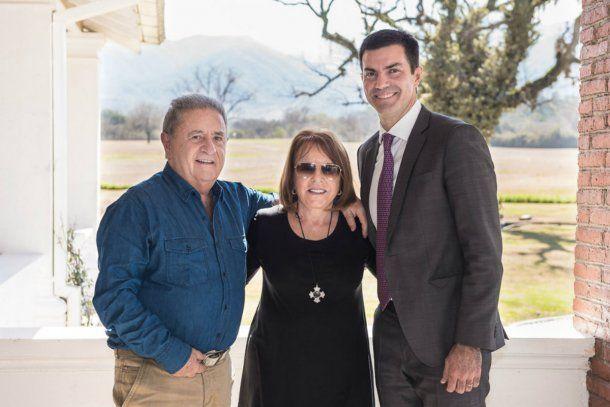 El gobernador de Salta coincidió con el ex presidente y su esposa, Chiche Duhalde