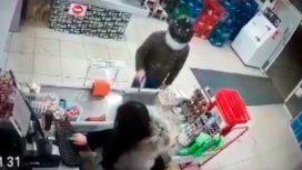 Un delincuente baleó a la cajera de un supermercado chino y escapó sin nada