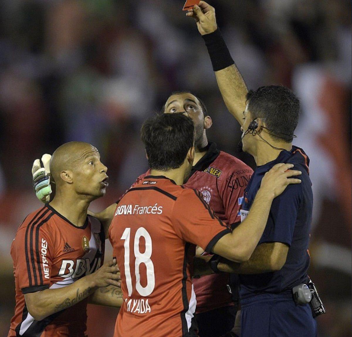 La expulsión de Carlos Sánchez en 2015 que puso a Independiente 3 a 0 ante el Santos