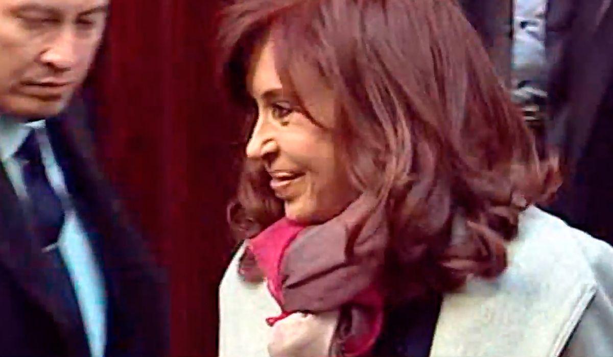 Así llegó Cristina al Senado para debatir el pedido de allanamiento a sus domicilios