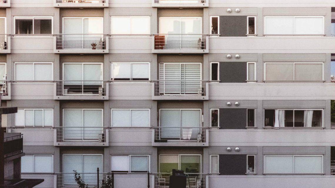 El balconing es la prueba temeraria de saltar de un balcón a otro