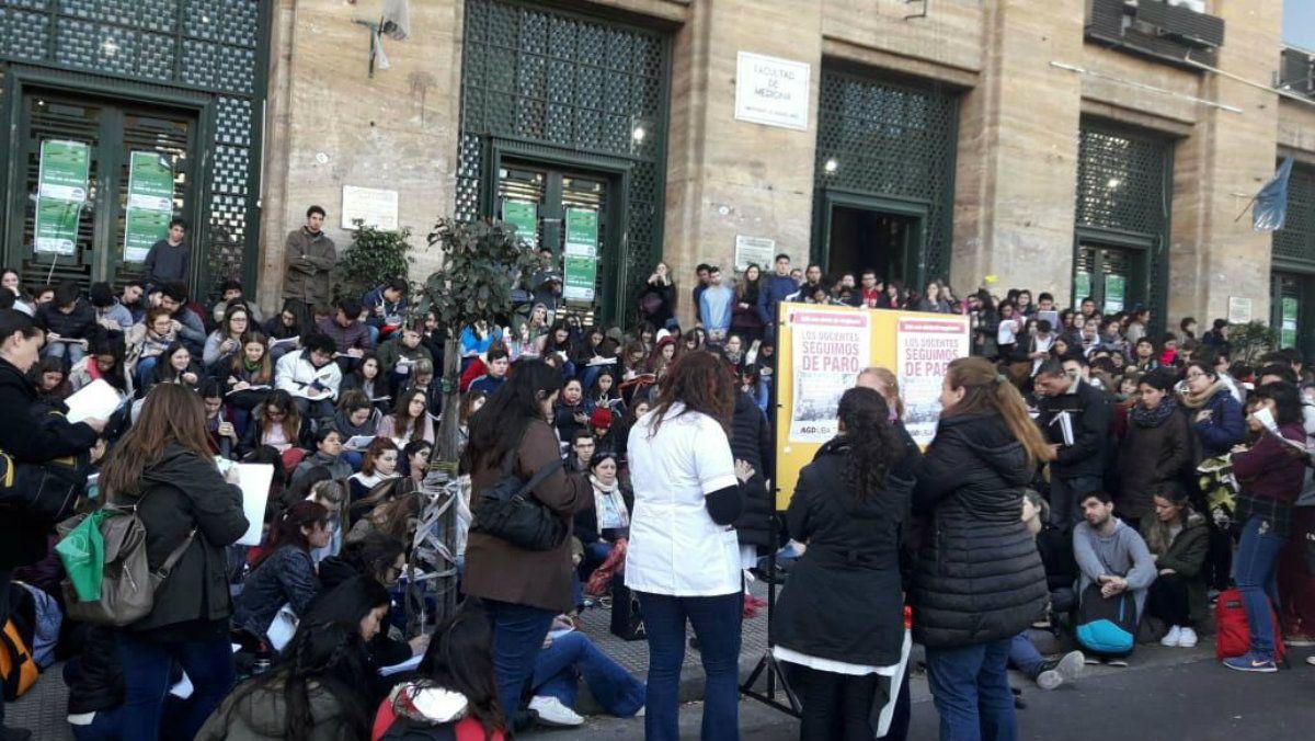 Clases públicas en la vereda de la Facultad de Medicina en Buenos Aires