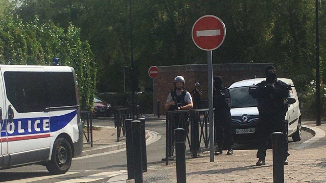 París: al menos dos muertos y un herido grave por un ataque con cuchillo al grito de Alá es grande
