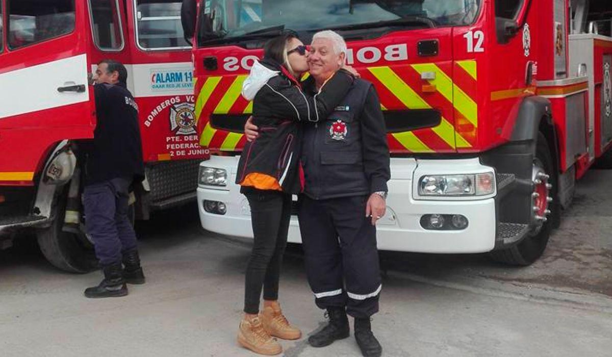 Carla tiene 22 años y quería ser bombera como su papá.