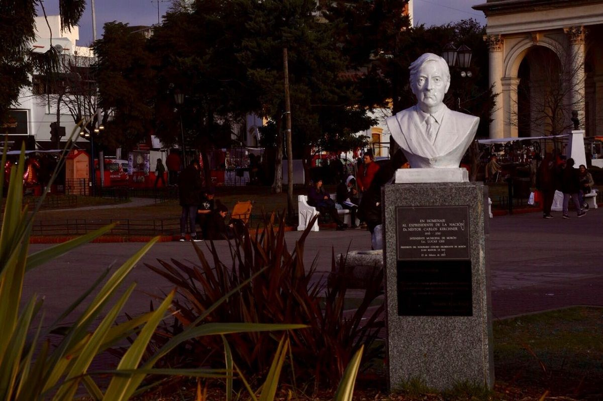 Morón aprobó quitar el busto de Néstor Kirchner de la Plaza San Martín