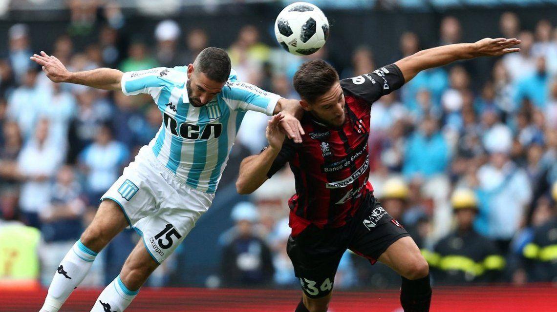 Lisandro López pelea para ganar el balón