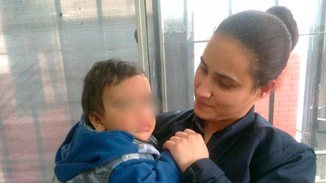 Abandonaron a un bebé de un año y medio: Lo dejo porque estoy en la calle
