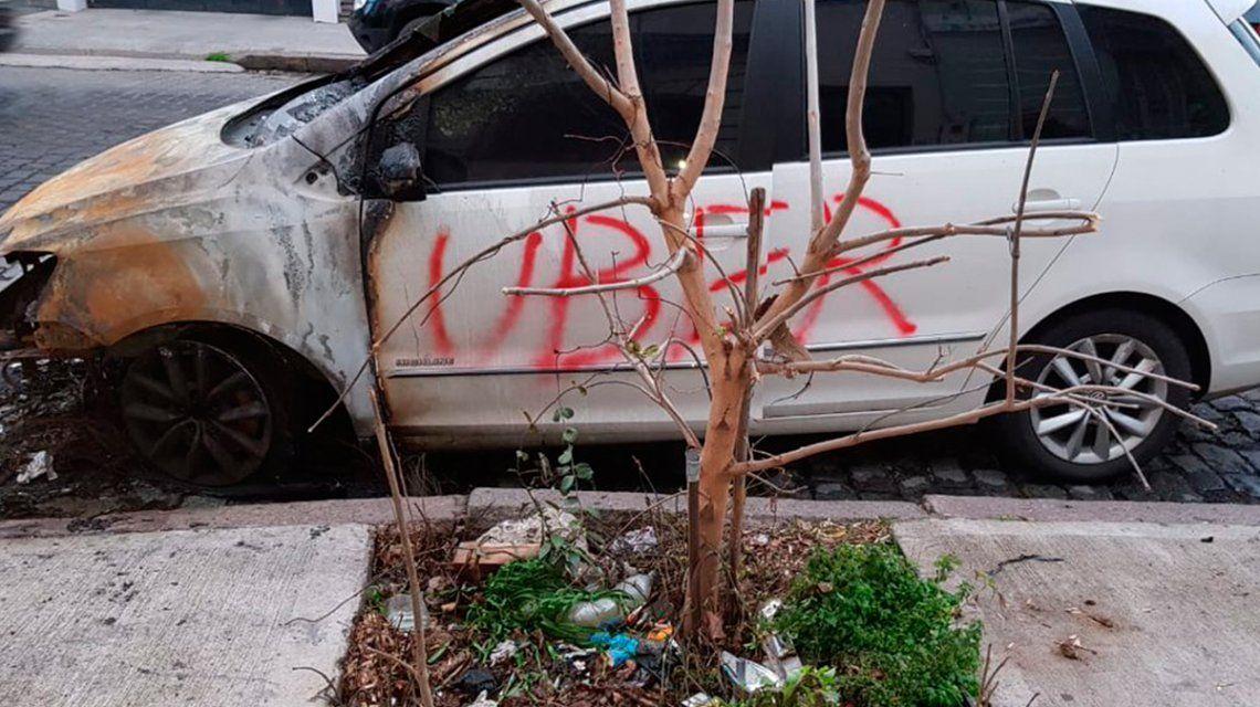 Otro ataque de los caza Uber: prendieron fuego un auto en La Paternal