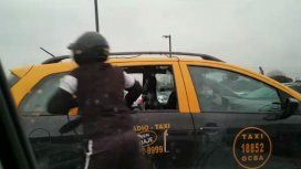 Así le robaron a un pasajero que estaba arriba de un taxi