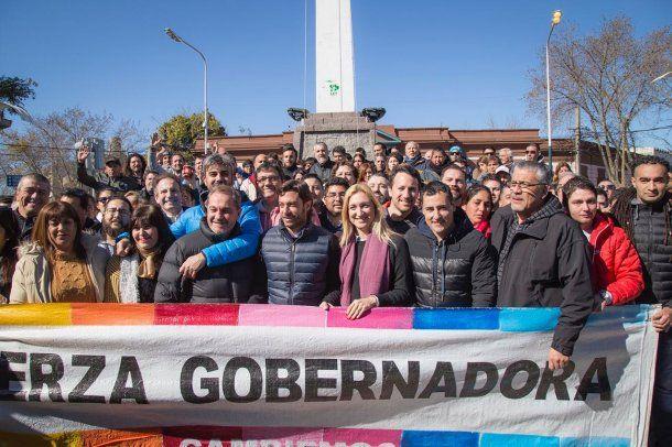 <p>Aldana Ahumada, Federico Salvai y referentes de Cambiemos Merlo.</p>