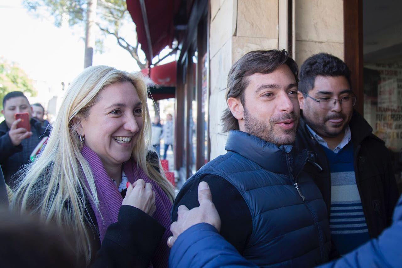Aldana Ahumada y Federico Salvai durante el timbreo en Merlo.