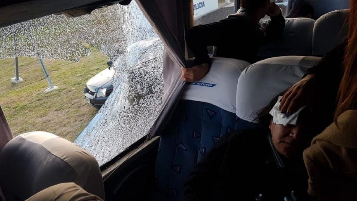 Hirieron de un piedrazo a una mujer que iba en un micro en la Buenos AIres - La Plata