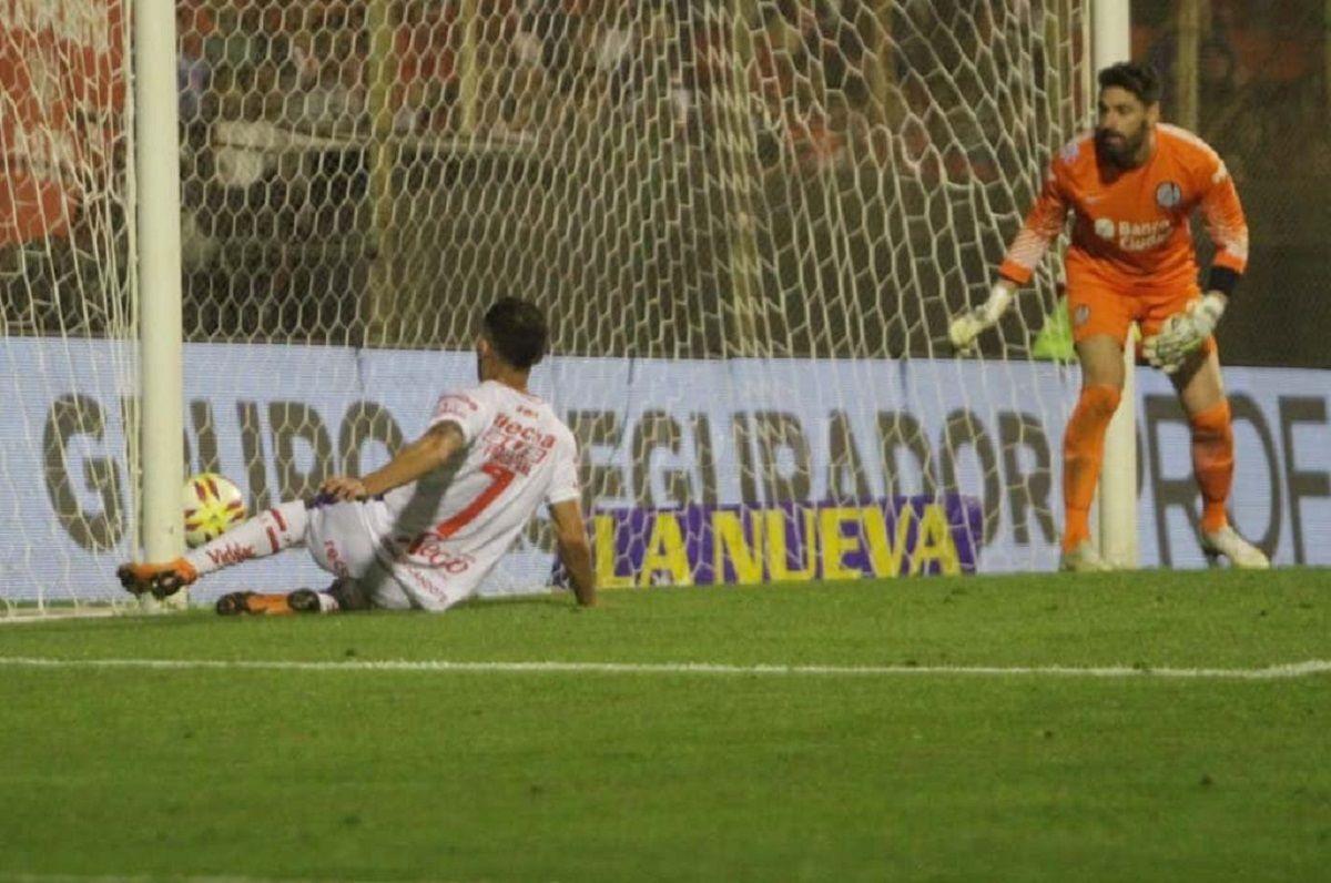 Franco Fragapane marca el empate ante la mirada de Nicolás Navarro