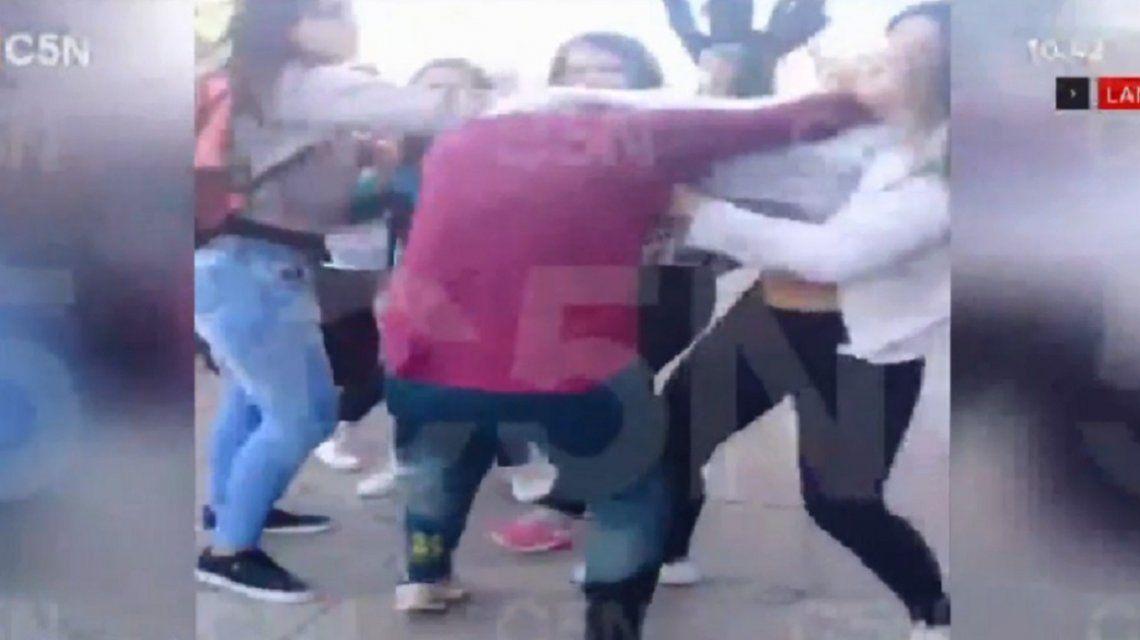 Una madre, a las trompadas con una alumna en la puerta de un colegio