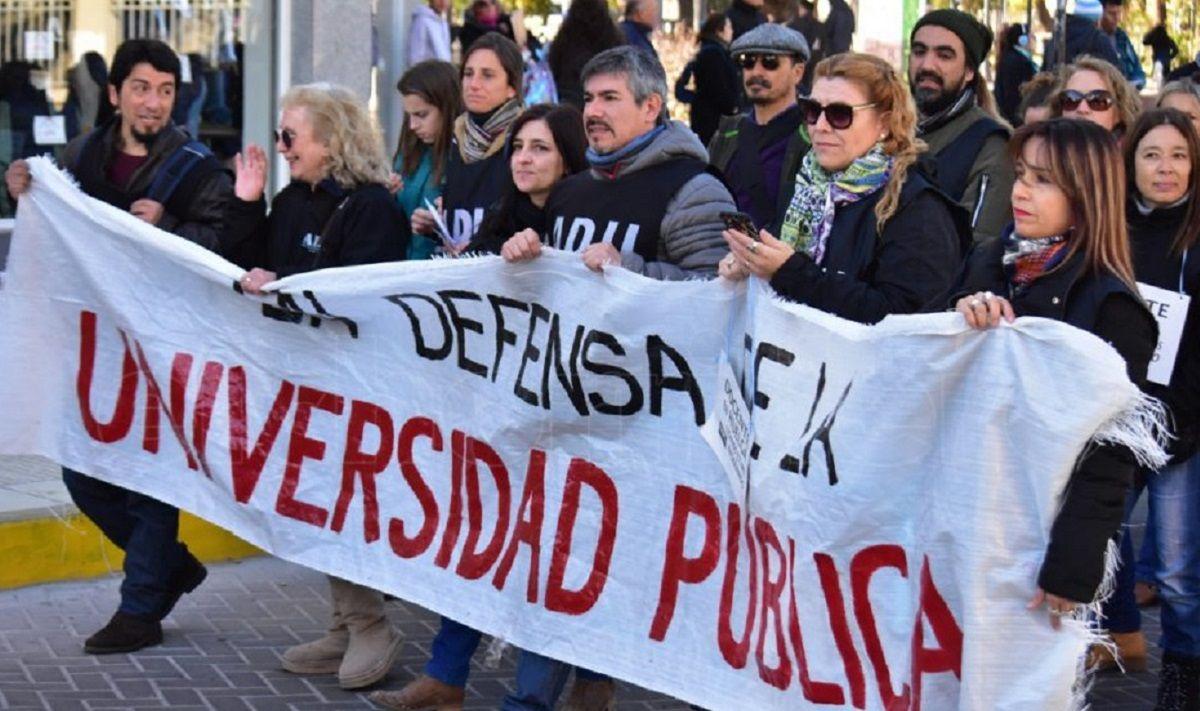 Macri recibió a rectores y les aseguró que el techo del 15% para la paritaria ya no existe