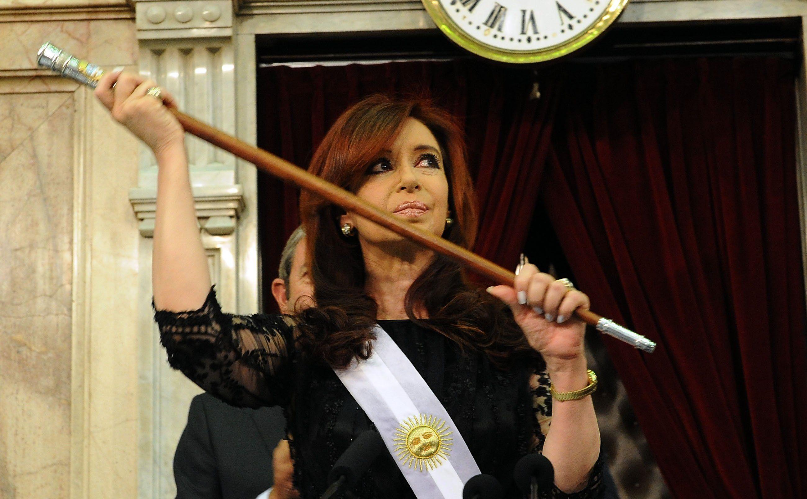 Insólito: Bonadio ordenó abrir una causa por un bastón presidencial que le regalaron a los Kirchner