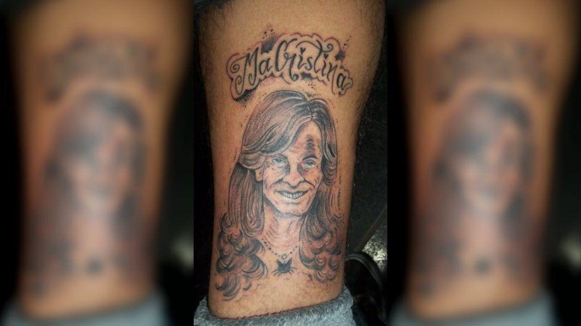 Un joven quiso acabar con la grieta con un diseño muy original para su tatuaje