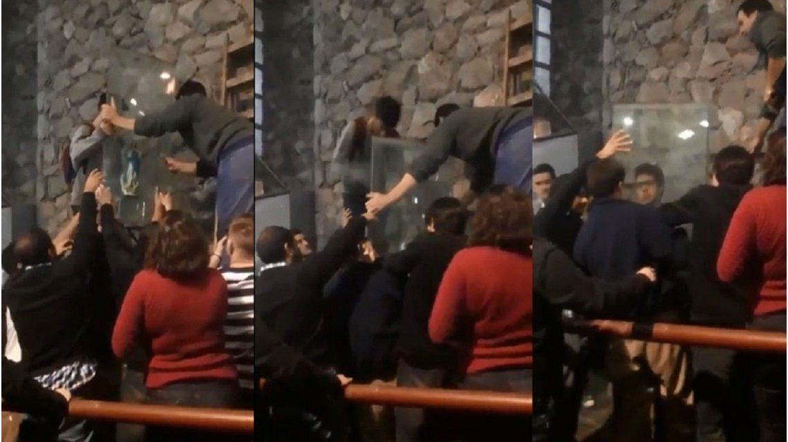 Córdoba: estudiantes sacaron una Virgen de la Facultad y colgaron pañuelos verdes y naranjas